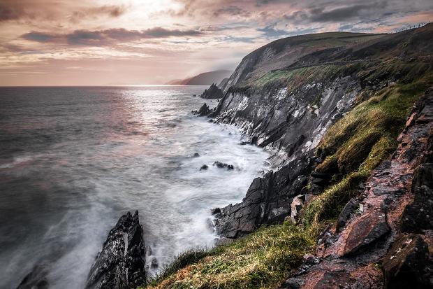 چشم انداز ناهموار کنار دریا