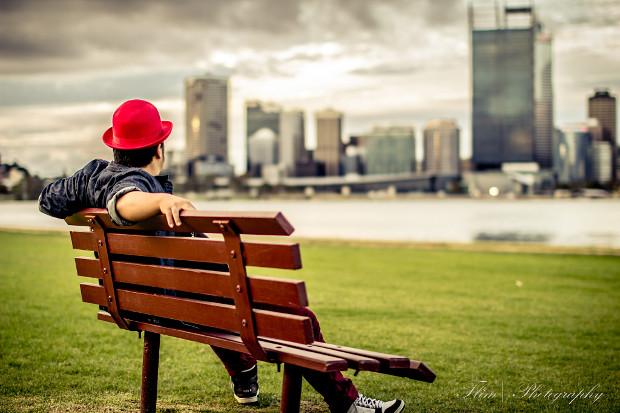 مردی که از راه دور به شهر نگاه می کند