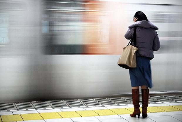 زن مقابل قطار قاب شد