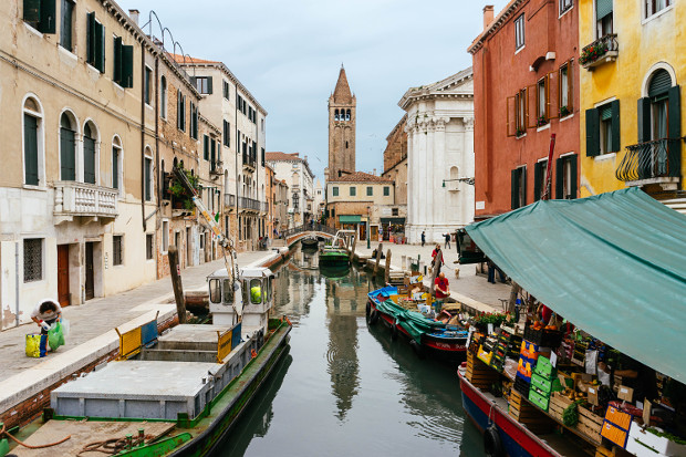 مشاهده کانال پایین در Tronchetto ، ایتالیا