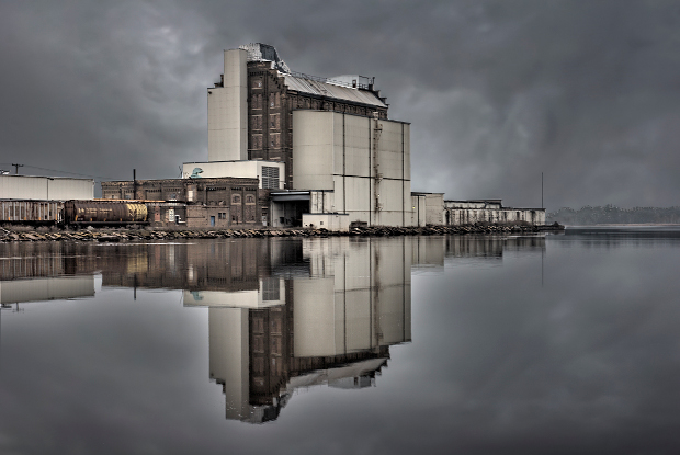 ساختمان صنعتی منعکس شده در آب
